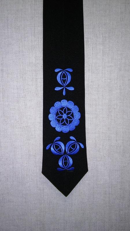 Krásna čierna ručne vyšívaná kravata ktorá ozvláštni každý oblek | PARTA